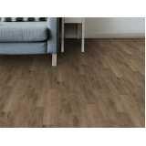 piso vinílico imitando madeira Cambuci